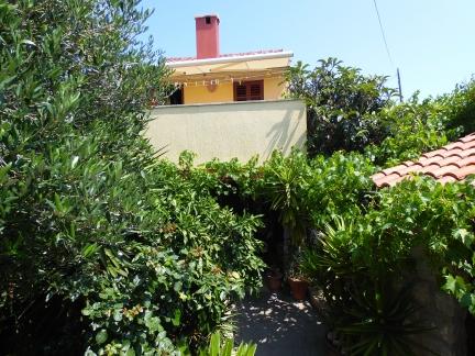 Manja kuća na rubu naselja, intiman vrt, tiha zona