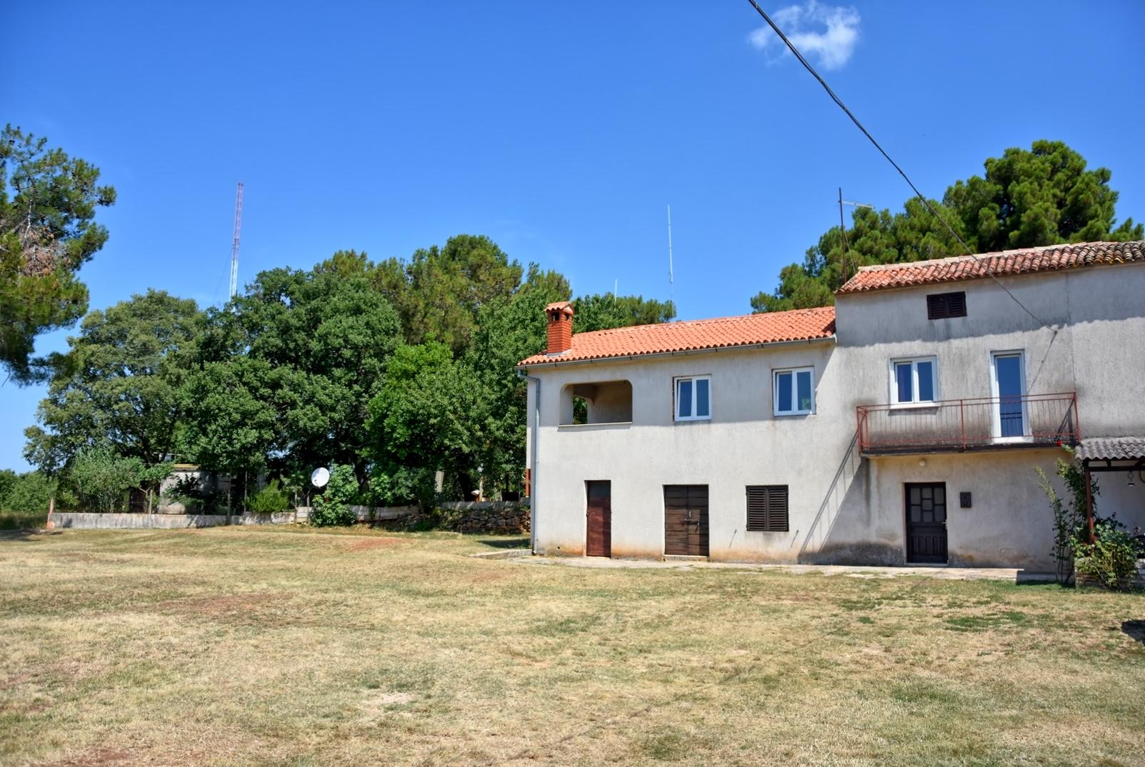 Nedovršena kuća sa velikom okućnicom u okolici Poreča