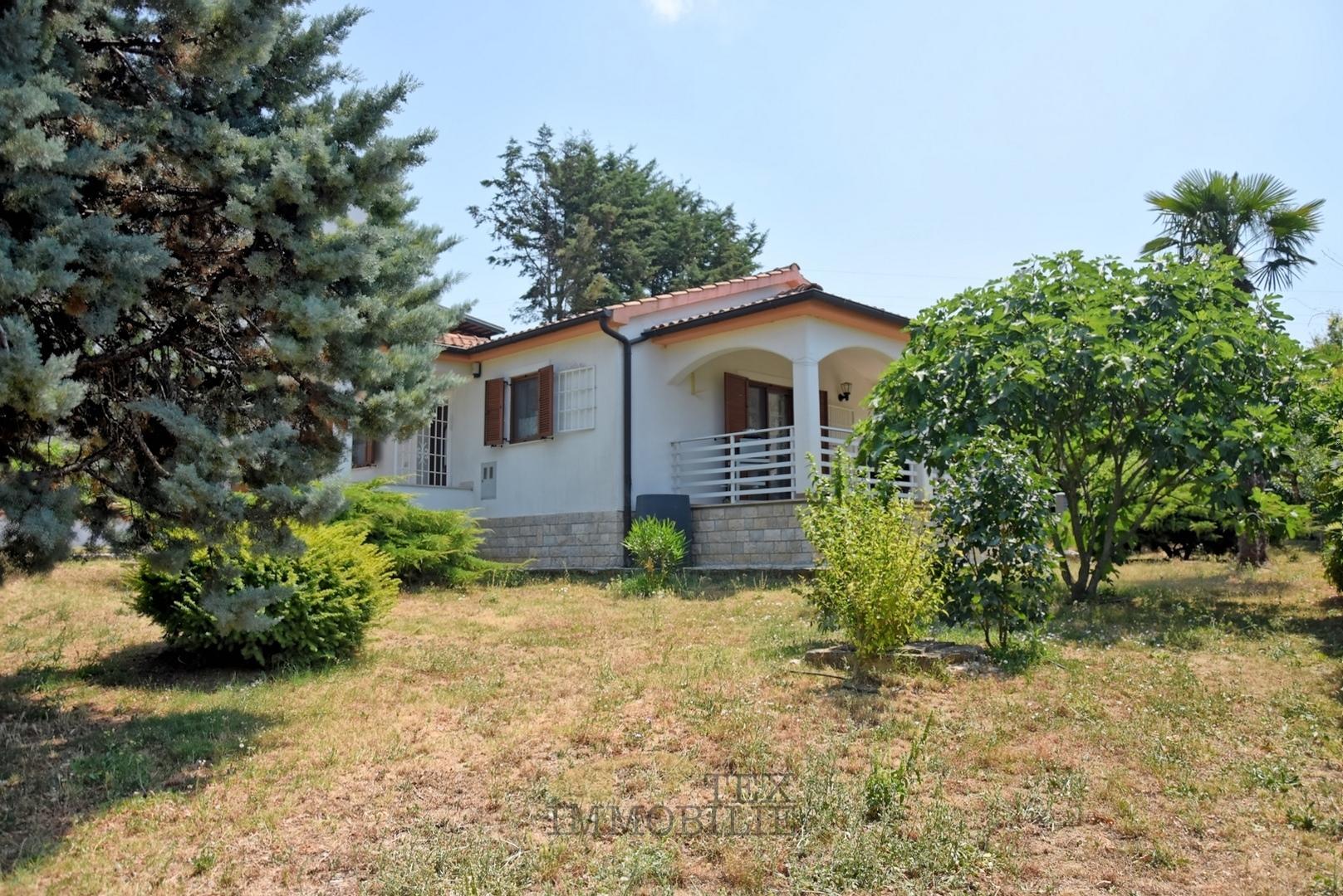 Kuća u okolici Poreča sa garažom i 1000 m2 okućnice