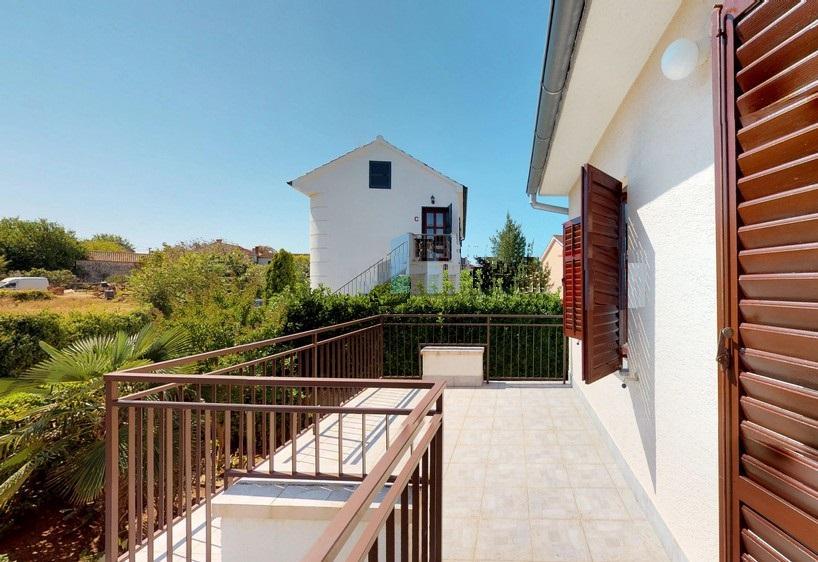 Malinska, samostojeća obiteljska kuća P+1, 250 m od mora!