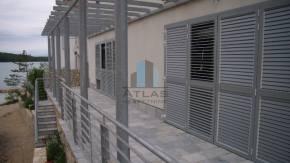 Krk, nova kuća s dva dvosobna stana, prvi red do plaže