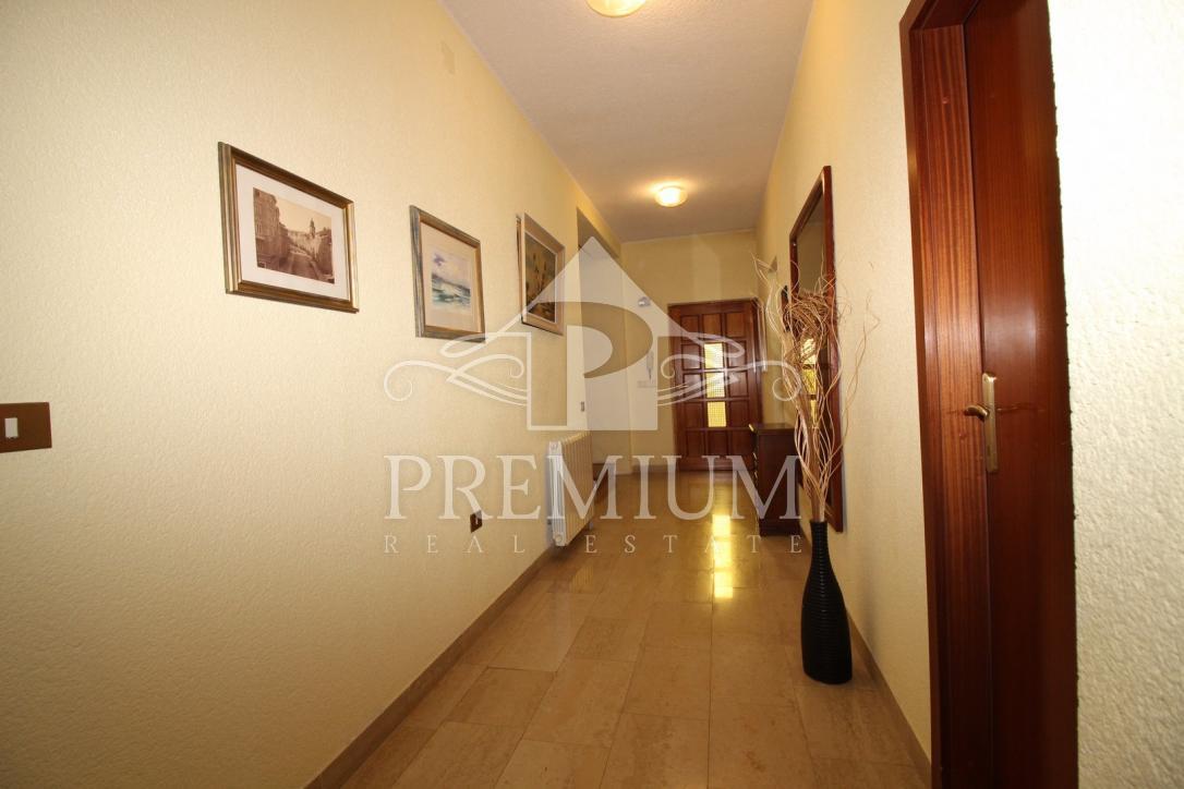 OBITELJSKA KUĆA 390 m2 sa okućnicom na mirnoj lokaciji