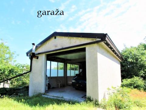 Obnovljena kuća sa 3 pomoćne zgrade i velikim zemljištem(9000m2)