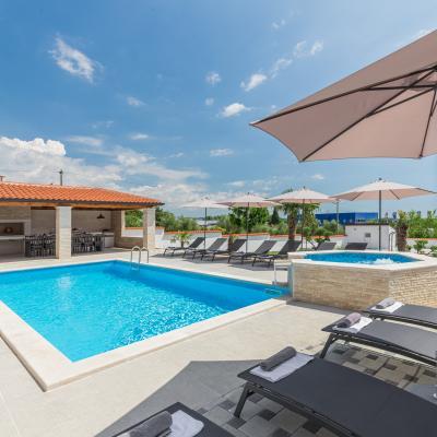 Moderna vila sa bazenom i velikom okućnicom