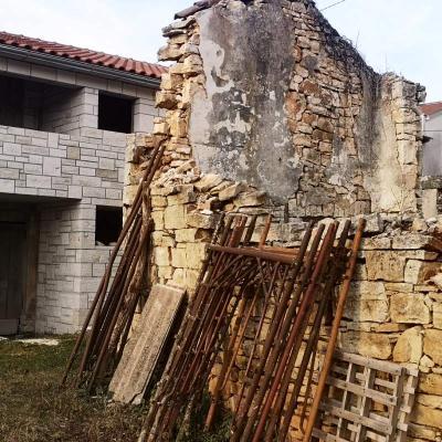 Povoljna nedovršena kuća 19 km od Poreča